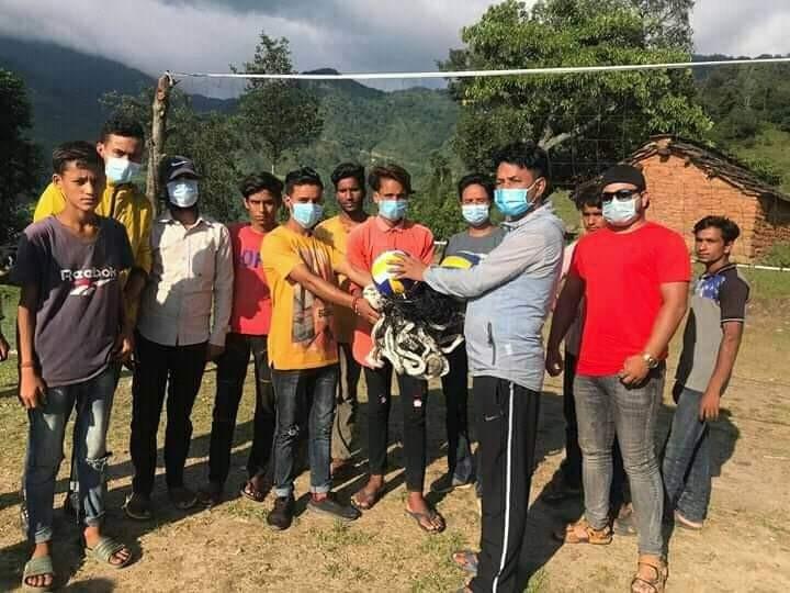 राष्ट्रिय युवा संघ नेपालका केन्द्रिय सदस्य नरेस मलासी द्वारा डोटीका खेलाडिहरुलाई खेलकुद सामग्री बितरण