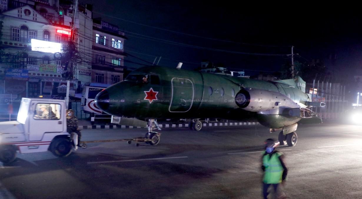 काठमाडौंको सडकमा एभ्रो विमान