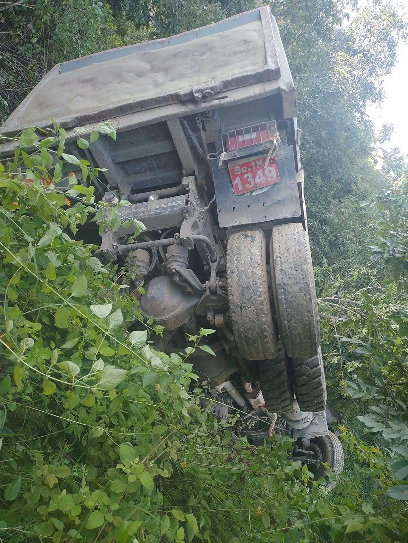 सिलगढी खप्तड सडकको पानी खाल नजिक टिप्पर दुर्घटना
