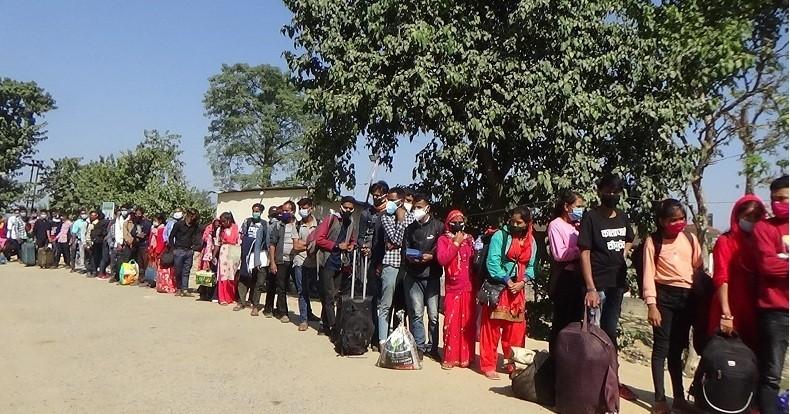 दशैं सकिएसँगै भारत जानेहरूको  दिनहुँ लर्को